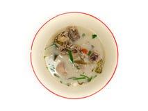 Sopa de pollo tailandesa en leche de coco Foto de archivo libre de regalías