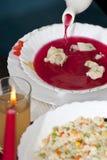 Sopa de remolachas con los raviolis de las setas Imagen de archivo