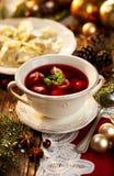 Sopa de remolachas de la Navidad, borsch con las pequeñas bolas de masa hervida con la seta que rellena, sopa tradicional de la N Imágenes de archivo libres de regalías