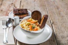 Sopa de Ribollita con las habas, las verduras, el queso y los cuscurrones Un plato toscano típico La visión desde la tapa Copia-e Fotos de archivo libres de regalías