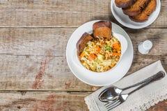 Sopa de Ribollita con las habas, las verduras, el queso y los cuscurrones Un plato toscano típico La visión desde la tapa Copia-e Fotografía de archivo