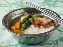 Sopa de tallarines de Mifen del chino con cerdo y lechuga de carne asada Fotos de archivo libres de regalías