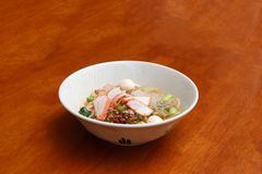 Sopa de tallarines del palillo del arroz con cerdo asado rojo en el cuenco foto de archivo libre de regalías