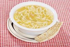 Sopa de tallarines del pollo con las galletas saladas Imagen de archivo libre de regalías