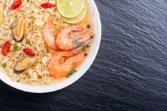 Sopa de tallarines inmediatos con los camarones y la comida asiática de los mssels foto de archivo