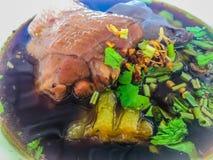 Sopa de tallarines tailandesa del pollo con la calabaza amarga Guisado de pollo en sopa de la calabaza con correhuela, los brotes imagen de archivo