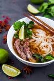 Sopa de tallarines vietnamita de Pho Carne de vaca con los chiles, albahaca, tallarines de arroz Imágenes de archivo libres de regalías