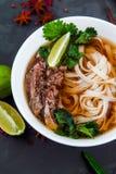Sopa de tallarines vietnamita de Pho Carne de vaca con los chiles, albahaca, tallarines de arroz Imagen de archivo libre de regalías