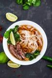 Sopa de tallarines vietnamita de Pho Carne de vaca con los chiles, albahaca, tallarines de arroz Foto de archivo