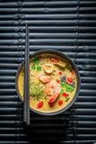 Sopa de Tom Yum com hashis imagens de stock