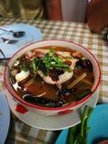 Sopa de Tom Yum peixes principais fervidos picantes da serpente e cogumelo de palha dentro fotos de stock royalty free