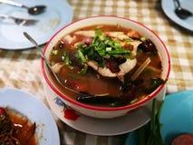 Sopa de Tom Yum peixes principais fervidos picantes da serpente e cogumelo de palha dentro foto de stock