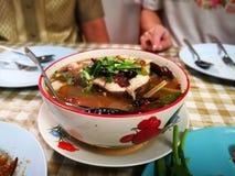 Sopa de Tom Yum peixes principais fervidos picantes da serpente e cogumelo de palha dentro imagem de stock