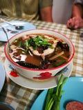 Sopa de Tom Yum peixes principais fervidos picantes da serpente e cogumelo de palha dentro imagens de stock