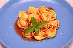 Sopa de tomates con el tortellini Foto de archivo