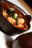 Sopa de Udon en tazón de fuente de madera Imagen de archivo