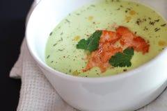 Sopa de VAvocado con las rebanadas de color salmón fritas fotos de archivo