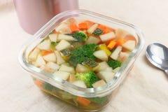Sopa de vegetais com brócolis, pepino, cenoura e abóbora em g Fotografia de Stock Royalty Free