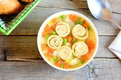 Sopa de verduras casera con la tortilla en un cuenco Fotografía de archivo