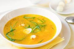 Sopa de verduras con el espárrago, el huevo de codornices y el ajo del oso Imagenes de archivo