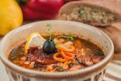 Sopa de verduras con la carne fotos de archivo