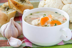 Sopa de verduras con la coliflor y las zanahorias Imagenes de archivo
