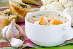Sopa de verduras con la coliflor y las zanahorias imágenes de archivo libres de regalías