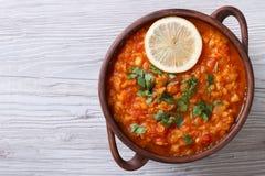 Sopa de verduras con la opinión horizontal de las lentejas rojas desde arriba Foto de archivo