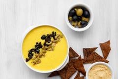 Sopa de verduras con las aceitunas y las galletas en un fondo blanco Visi?n superior imagen de archivo libre de regalías