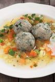 Sopa de verduras con las bolas de masa hervida del pan Imagenes de archivo