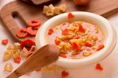 Sopa de verduras con las pastas italianas en la forma de un corazón Fotografía de archivo