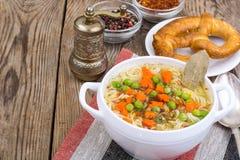Sopa de verduras con los tallarines inmediatos Fotos de archivo