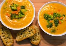 Sopa de verduras cremosa fresca hecha en casa deliciosa foto de archivo libre de regalías