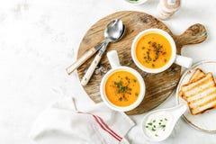 Sopa de verduras de la calabaza o de la zanahoria o de la patata dulce imagenes de archivo