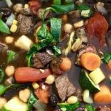 Sopa de verduras de la carne de vaca que cocina en la estufa fotos de archivo libres de regalías