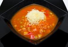 Sopa de verduras roja en placa negra Fotos de archivo libres de regalías