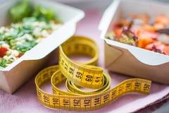 Sopa de verduras de un brokolla y huevos de codornices en una placa disponible, una cuchara plástica con un foco suave Imagen de archivo libre de regalías