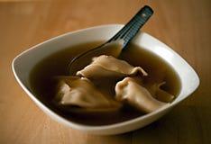 Sopa de Wonton com colher Fotografia de Stock