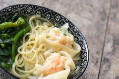 Sopa de Wonton em uma bacia Alimento chinês Imagem de Stock Royalty Free