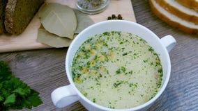 Sopa decorada com legumes frescos e pão filme