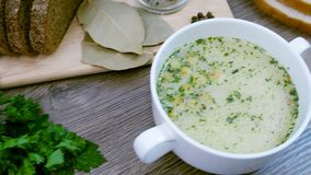 Sopa decorada com legumes frescos e pão vídeos de arquivo