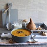Sopa del ñame con los hongos asados imágenes de archivo libres de regalías