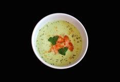 Sopa del aguacate con las rebanadas de color salmón en un backgro negro imagen de archivo libre de regalías