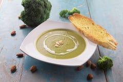 Sopa del bróculi con nata para montar y almendras cortadas Fotografía de archivo libre de regalías