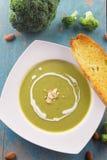 Sopa del bróculi con nata para montar y almendras cortadas Imagen de archivo