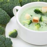 Sopa del bróculi en la consumición sana del primer de la taza imágenes de archivo libres de regalías