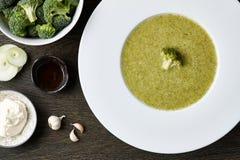 Sopa del bróculi con los ingredientes Fotos de archivo