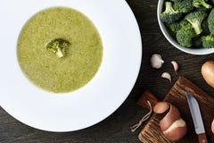 Sopa del bróculi con los ingredientes Fotografía de archivo