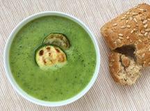 Sopa del calabacín La sopa vegetal del calabacín sirvió con las rebanadas asadas a la parrilla de calabacín y de baguette integra Imagenes de archivo