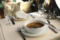 Sopa del camarón servida en un restaurante Imagenes de archivo